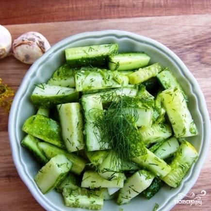 Собственно, салат из огурцов готов к употреблению. Салат хорошо хранится в холодильнике, если его не солить, однако лучше всего, конечно, есть сразу же, свежим.