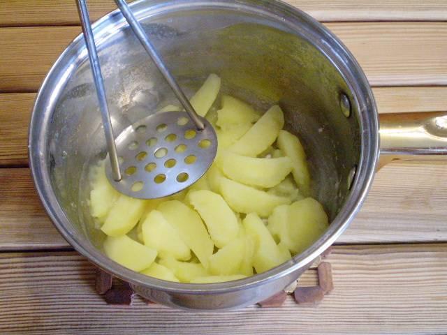 6. Готовый картофель должен быть почти без воды. Толкушкой пюрируем.