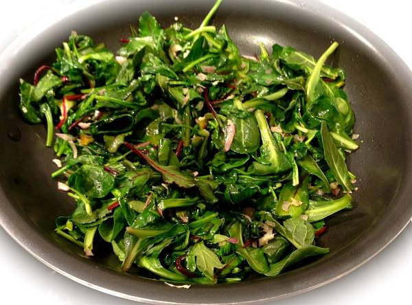 2. В рецепт приготовления баранины с зеленью можно использовать абсолютно все, что есть под рукой - шпинат, базилик, укроп, петрушку, кинзу, мяту и т.д. Вымытую и измельченную зелень отправить на сковороду на 2-3 минуты.