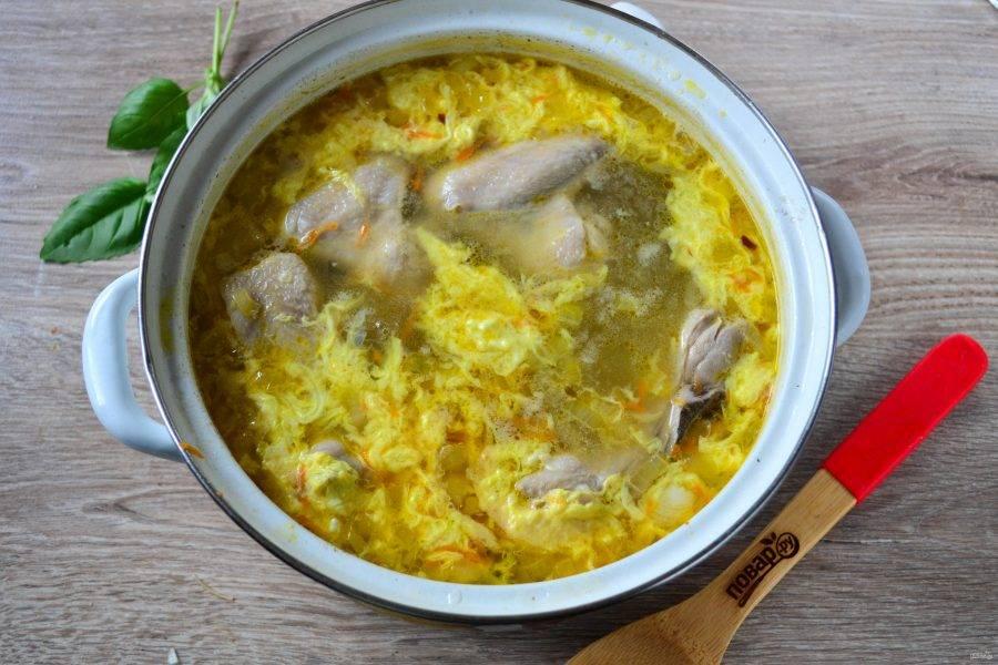 Когда все ингредиенты в супе будут готовы, взбейте в мисочке яйцо. Ложкой сделайте воронку в супе и тонкой струйкой влейте яйцо. Оно моментально схватится и в супе образуется красивая яичная паутинка. Проварите суп еще пару минут, в конце можно добавить мелко нарезанную свежую зелень.