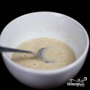 Соедините дрожи и молоко в глубокой посуде, нагрейте до 30 градусов.