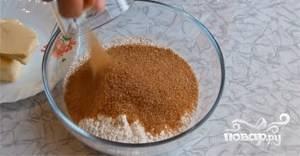 Сначала приготовьте тесто. Масло размягчите при комнатной температуре. 100 грамм сахара соедините с 250 граммами муки и солью. Перемешайте массу.