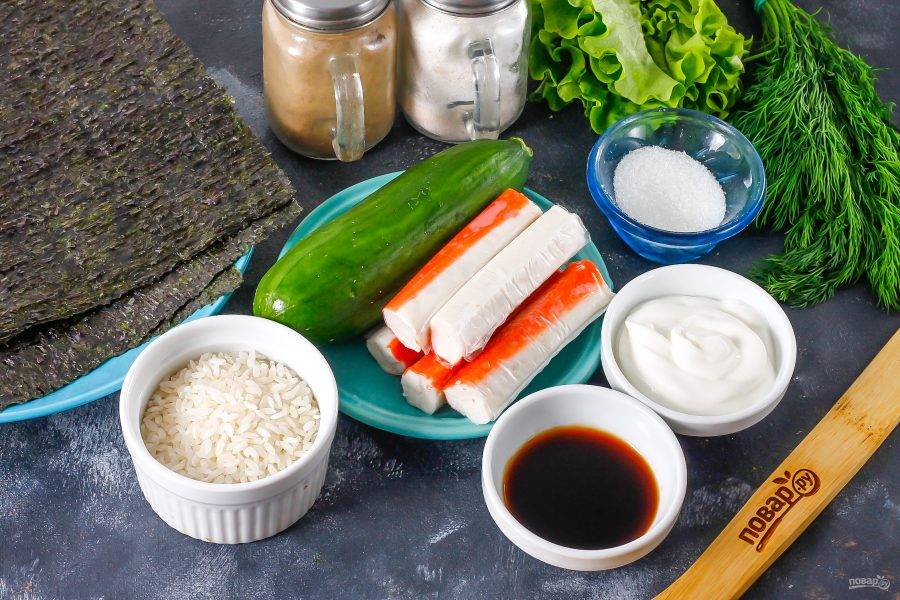Подготовьте указанные ингредиенты. Вместо крабовых палочек можете использовать нарезку слабосоленой семги и т.д.