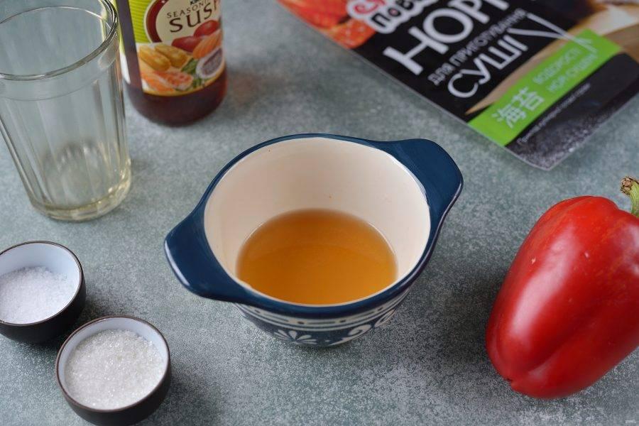 Влейте в пиалку рисовый уксус, всыпьте соль и сахар, подогрейте слегка в микроволновке, размешайте.