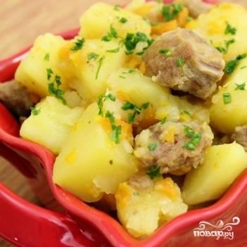 5. Готовый картофель тушеный с мясом украсьте измельченной зеленью - петрушкой или укропом. Приятного аппетита!