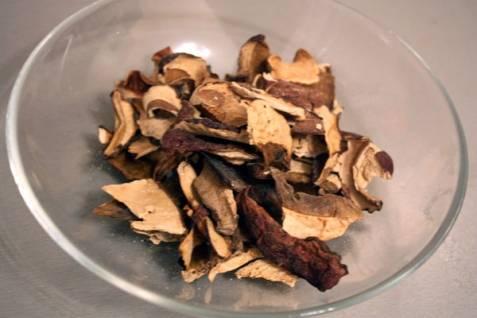 1. Грибы на 10 минут заливаем кипятком. Затем отцедим. Пока подготовятся грибы, вы как раз успеете сварить и отцедить макароны!