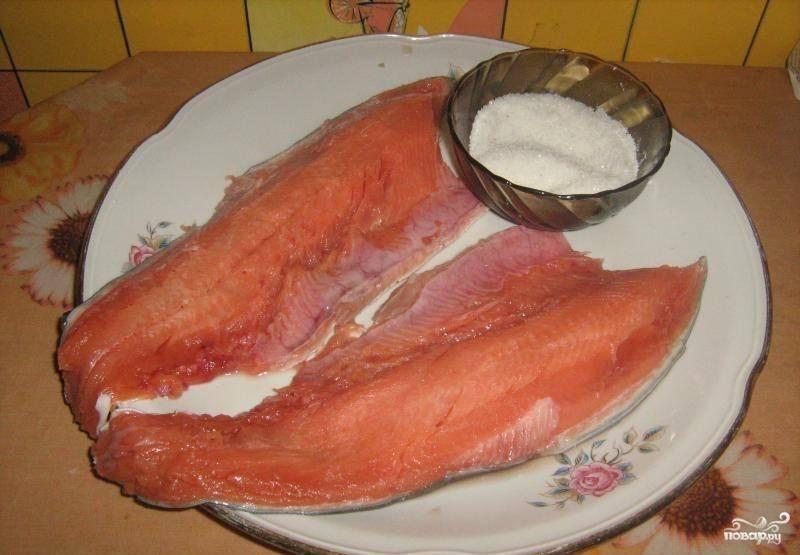 2. Выпотрошенную горбушу еще раз промойте и просушите с помощью бумажных полотенец (можно использовать и обычное тканевое кухонное полотенце). Разделайте рыбу на филе, вынимая все кости.