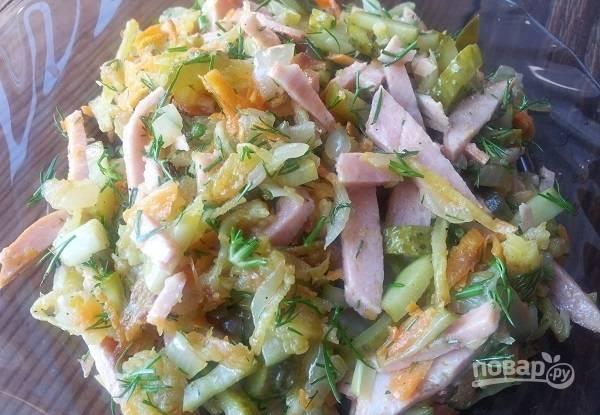 В конце добавьте измельчённую зелень, перец и соль. Перемешайте салат. Приятного аппетита!