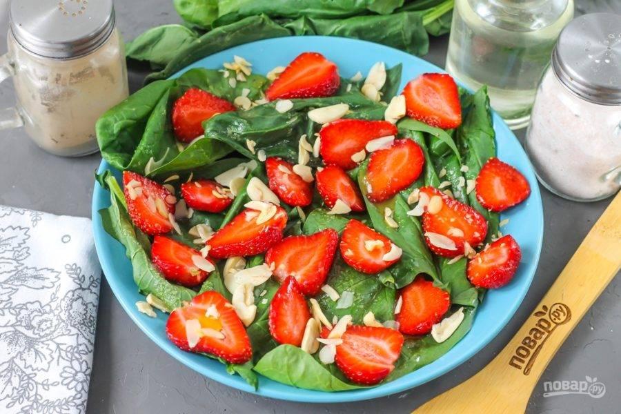 Присыпьте салат миндалем, по желанию — семенами чиа или кунжутом.