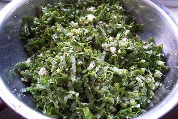 2. В качестве начинки в рецепт приготовления осетинского пирога с зеленью можно использовать абсолютно все, что есть под рукой. Зелень нужно вымыть, обсушить и нарезать мелко. Соединить с сыром, предварительно размяв его вилкой, и как следует перемешать.