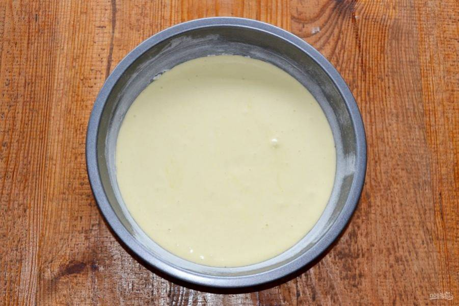 Вылейте тесто в подготовленную форму, смазанную маслом и присыпанную мукой.