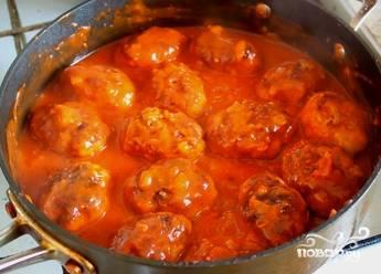 Теперь этот соус выливаем в поджаренные котлеты, кладем тертый чеснок, накрываем блюдо крышкой. Делаем маленький огонь. Нам нужно минут 10, чтобы все протушилось.