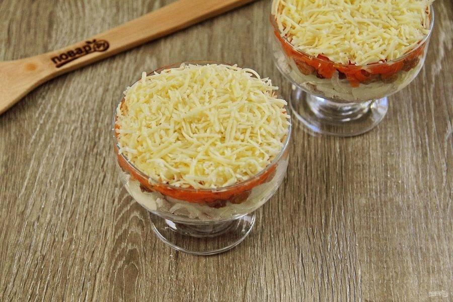 Смажьте морковь майонезом, можно посолить и распределите сверху тертый сыр.
