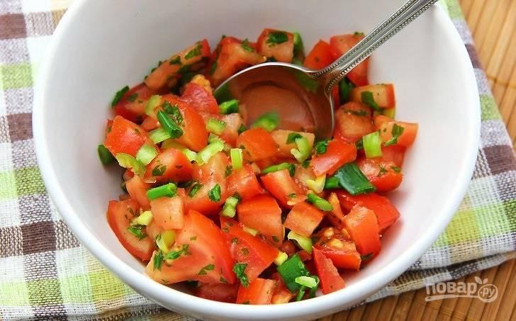 7. Добавьте все к помидорам, посолите и поперчите по вкусу, аккуратно перемешайте.
