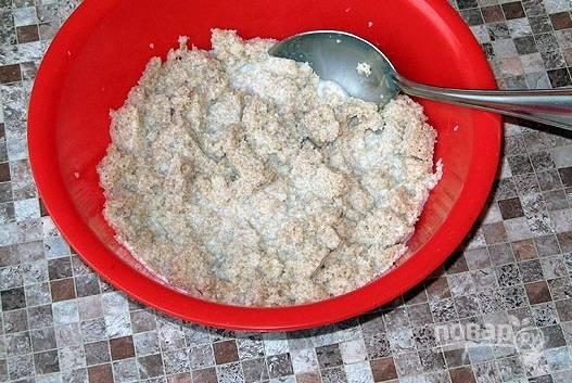 1. Первым делом измельчите хлеб, выложите его в глубокую мисочку и залейте молоком или водой. Мясо вымойте, обсушите и пропустите через мясорубку.