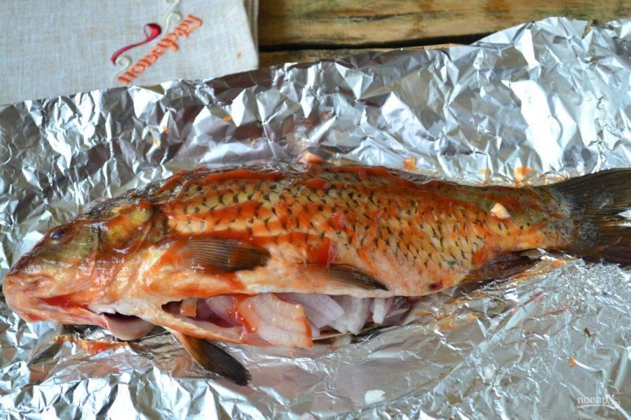 Смажьте рыбу кетчупом с обеих сторон.