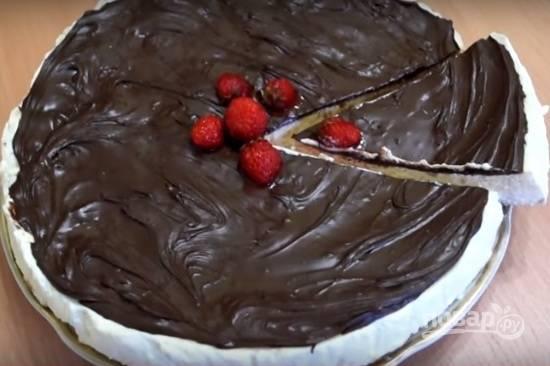 11. В самом конце смазываем шоколадной пастой или растопленным шоколадом (тогда нужно снова отправить в холодильник на 30 минут), после чего украшаем по вкусу и подаем к столу!
