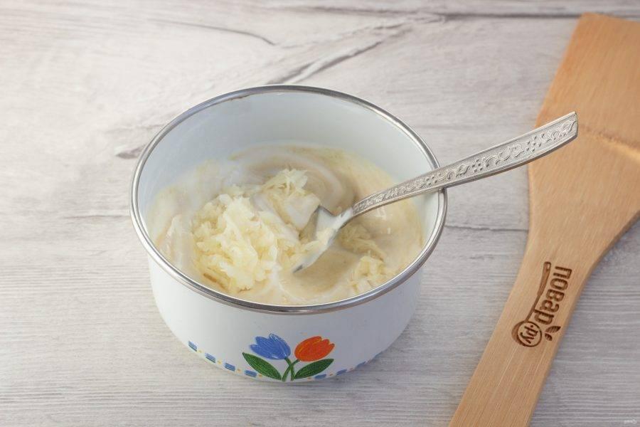 Приготовьте соус. Чеснок очистите, помойте, натрите на мелкой терке или пропустите через чеснокодавку. В майонез добавьте горчицу, чеснок, посолите соус по вкусу.