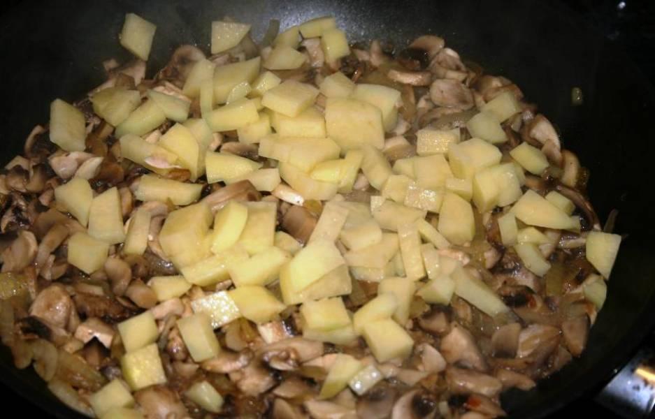 Обжарьте лук с грибами и картофелем в течение 15 минут на среднем огне. Посолите и поперчите по вкусу.