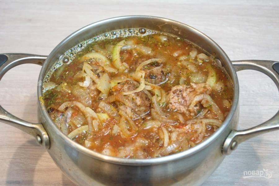 Фрикадельки поместите в кастрюлю. Залейте соусом. Мука во фрикадельках, томатная паста и масло придадут соусу густоту. Фрикадельки получатся великолепными. Ставим на огонь и тушим на небольшом огне 20-30 минут.