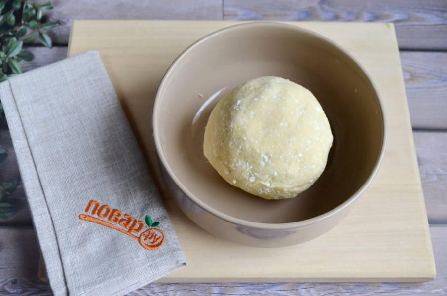 3. Тесто пластичное, приятное к рукам, легко собирается в шарик. Оберните его пленкой и  отправьте в холодильник.