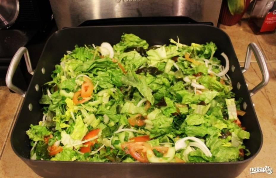 2. Тем временем, пока мясо жарится, мелко нарезаем все остальные ингредиенты и складываем в салатницу.