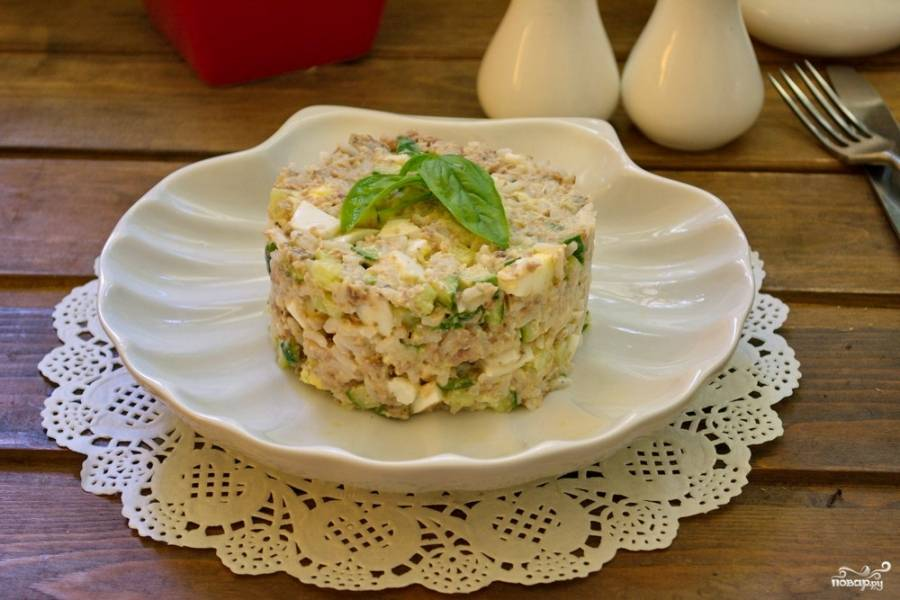 Подайте салат к столу, украсив его веточкой любимой зелени.