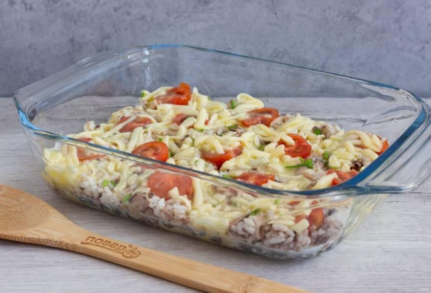 Сыр натрите на крупной терке и разделите на 2 части. Одну часть смешайте с молоком и яйцами. Посолите и поперчите по вкусу, равномерно залейте рис. Поставьте запекаться на 20 минут при температуре 180 градусов.