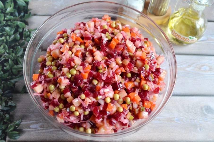 7. Заправьте салат растительным маслом, перемешайте. Если кислоты вам не хватило, добавьте немного яблочного уксуса или капустного рассола.
