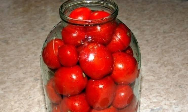 Полученную смесь раскладываем по стерилизованным банкам. Наполняем банки помидорами.