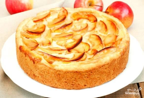 Через положенное время открываем мультиварку. Если у вас есть ощущение, что что-то не допеклось, оставьте еще на 15-20 минут. Так бывает, когда яблоки попадаются очень сочные. Достаем и переворачиваем пирог снизу вверх, чтобы яблоки оказались сверху. Их можно присыпать корицей или сахарной пудрой по вкусу. Приятного вам чаепития!