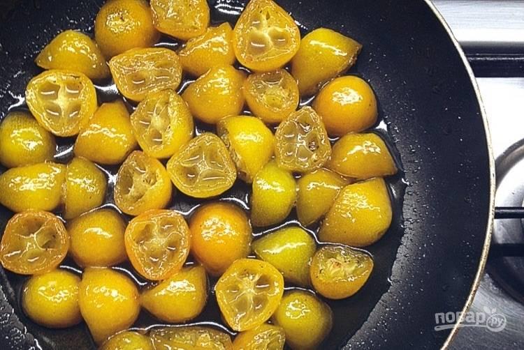 1.Вымойте кумкват, разрежьте пополам. Выложите кумкват в сковороду, добавьте воду и 0,5 столовой ложки сахара, тушите на среднем огне 8-10 минут.
