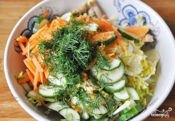 К мясу и заправке добавьте нарезанные овощи. Затем вымойте мяту, порвите ее руками и добавьте в салат. Те, кто не любит мяту, могут использовать другую зелень. Отлично подойдет мелко нарубленный укроп.