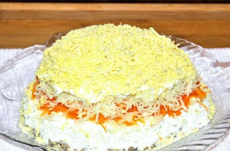 8. В завершении — натертые на мелкой терку желтки. Именно из-за них салат так и называется, поскольку они напоминают цветки мимозы.