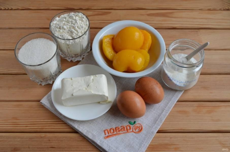 1. Подготовьте продукты для пирога. Откройте баночку персиков, сцедите жидкость. Масло должно быть холодным или комнатной температуры, но не топленным. Приступим.