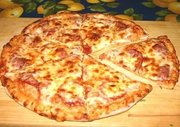 5. Ваша пицца готова! Подавайте и наслаждайтесь!