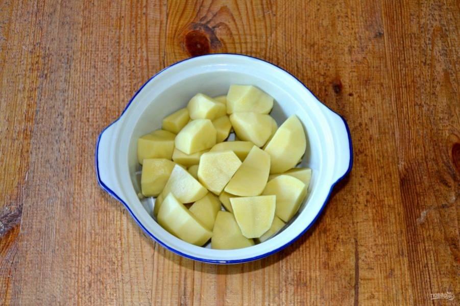 Для приготовления картофельного пюре нарежьте очищенный картофель кусочками, залейте водой и поставьте на огонь. После закипания посолите и варите до готовности (около 30 минут).