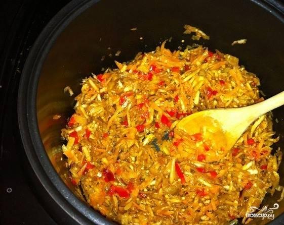 Баклажан очистите от кожуры. Нарежьте кубиками и поместите в миску. Засыпьте солью и перемешайте. Дайте постоять минут десять, затем промойте. Таким образом вы избавитесь от нежелательной горечи в блюде, которая характерна для этого овоща.