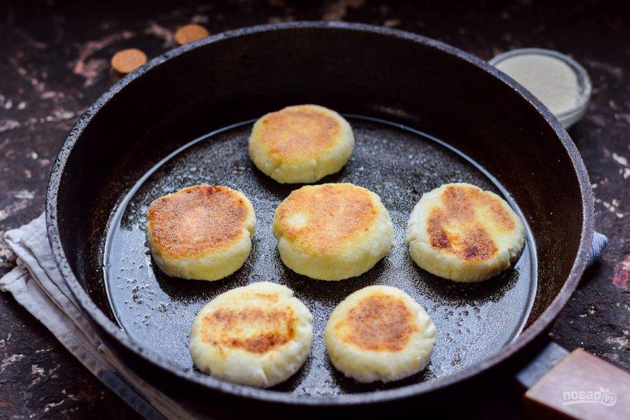 Жарьте сырники с обеих сторон по 3-4 минуты. Готовые сырники подавайте к столу.