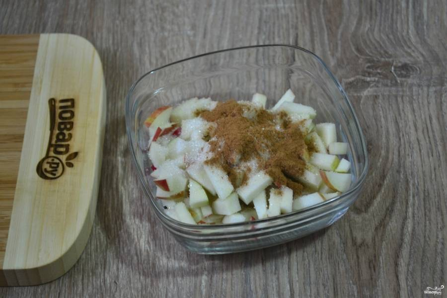 Яблоки порежьте мелкими кубиками, перемешайте с корицей и сахаром.
