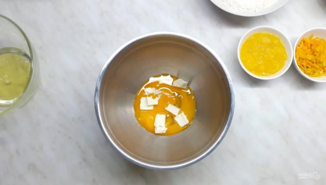 2. Желтки отделите от белков, добавьте сливочное масло, сок апельсина и лимона с мякотью, цедру лимона, сахар и перемешайте лопаткой.