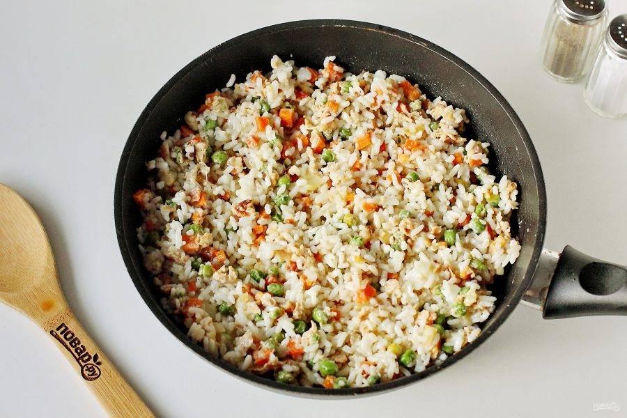 Перемешайте. Прогрейте на среднем огне под крышкой в течение 5 минут и снимите с огня. Жареный рис с яйцом готов.