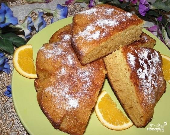 Готовый бисквит достаньте из духового шкафа и остудите. Выньте его из формы, разрежьте на порционные куски. Посыпьте сахарной пудрой. Подавайте к чаю!