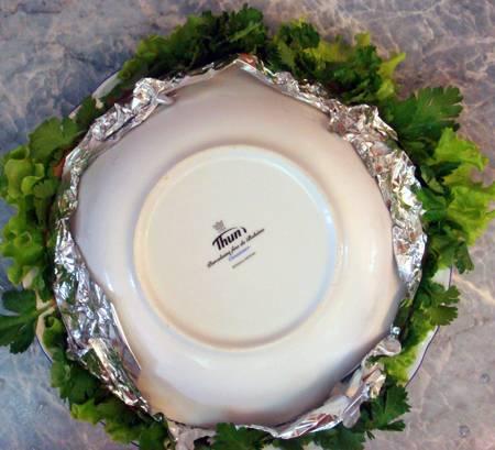 10. На тарелку для подачи выложить листья салата. Аккуратно перевернуть салат и снять фольгу. Вот и весь рецепт, как сделать рыбный торт-салат, его можно подавать к столу.