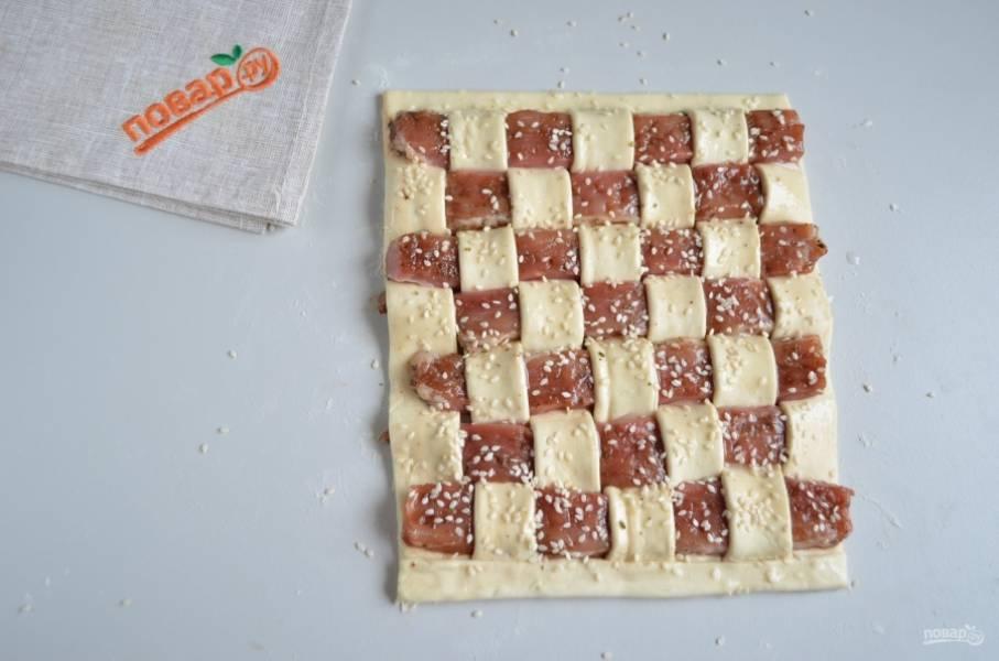 """Посыпьте """"шахматную доску"""" кунжутом и отправьте в духовку на 30 минут, температура — 200 градусов."""