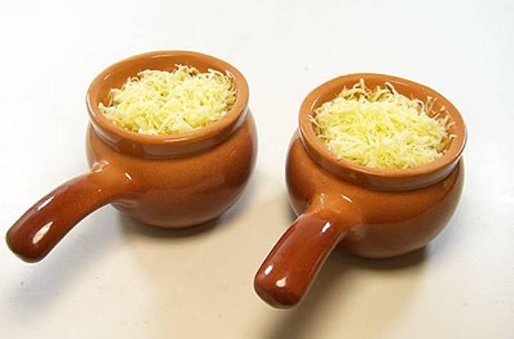 Посыпьте тертым сыром и запекайте в духовке в течение 10 минут при 180 градусах. Готовый жульен подайте на стол в кокотницах.