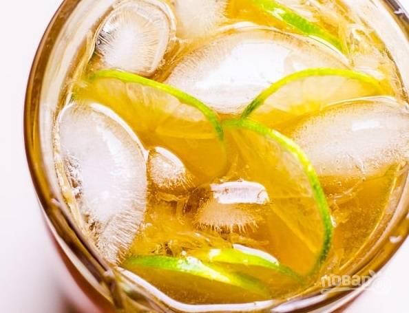 5. Осталось только добавить лед — и холодный чай с лаймом и лимоном готов. Угощайтесь!