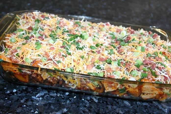 10. Засыпать сыром поверхность блюда и отправить форму в духовку.
