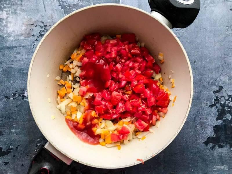 Помидоры помойте под проточной водой, обсушите бумажным полотенцем, мелко нарежьте и добавьте их к овощам. Добавьте томатную пасту, хорошо все перемешайте и тушите 10-12 минут на слабом огне.