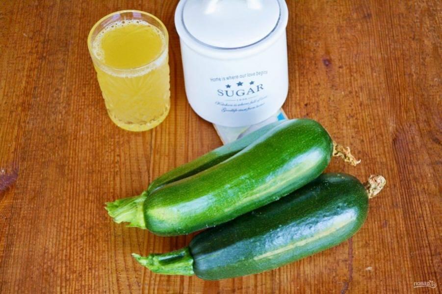 Кабачки вымойте, обсушите и очистите. Подготовьте хороший ананасовый сок и сахар. Ванильный сахар добавляется для аромата, без него вполне можно обойтись.